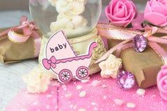 Figura di legno rosa del trasporto con i presente avvolti Immagini Stock