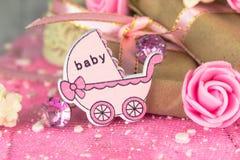 Figura di legno rosa del trasporto con i presente avvolti Immagine Stock Libera da Diritti