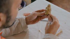 Figura di modellatura dell'argilla del vasaio stock footage