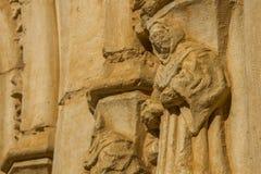 Figura di pietra di un monaco. Monastero di Sandoval. Leon. La Spagna Immagini Stock Libere da Diritti