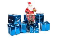 Figura di Santa Claus che si siede sui contenitori di regalo Immagine Stock Libera da Diritti