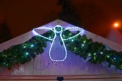Figura di un angelo che decora una stalla del mercato di Natale fotografia stock