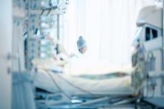 Figura di un lavoratore medico che si siede accanto al PA criticamente malato fotografia stock