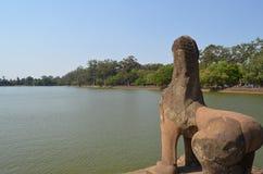 Figura di un leone nell'accesso al tempiale di Angkor fotografia stock libera da diritti