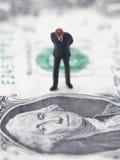 Figura do homem de negócios em uma conta de dólar Fotografia de Stock