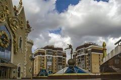 Figura do príncipe pequeno no fundo do teatro do fantoche em Kazan fotografia de stock royalty free