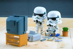 Figura do Stormtrooper que joga o gameboy Fotografia de Stock Royalty Free