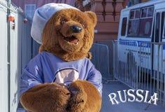 A figura do vida-tamanho de um urso é um símbolo nacional do russo imagens de stock