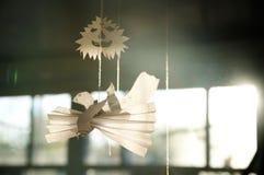 Figura dos pássaros de papel do pombo e da cara de papel de Dia das Bruxas no fundo ensolarado Imagem de Stock