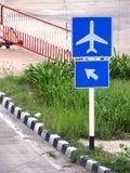 Figura e arror dell'aeroplano sui pannelli indicatori blu Immagine Stock Libera da Diritti