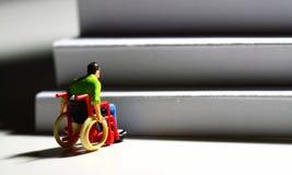 Figura E do homem das escadas do acesso da cadeira de rodas Imagem de Stock Royalty Free