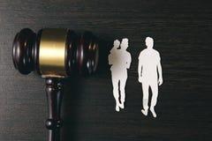 Figura e martelo da família na tabela Direitos familiares imagens de stock royalty free
