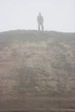 Figura en niebla fotografía de archivo libre de regalías