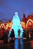 Figura enorme del ghiaccio di una donna a Mosca La bambola di Maslenitsa Immagine Stock