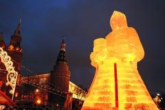 Figura enorme del ghiaccio di una donna a Mosca La bambola di Maslenitsa Immagine Stock Libera da Diritti