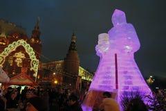 Figura enorme del ghiaccio di una donna a Mosca La bambola di Maslenitsa Fotografie Stock