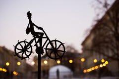 Figura escura de um homem na cidade velha Fotos de Stock Royalty Free