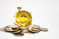 Figura esquelética que lleva a cabo un bitcoin de oro fotografía de archivo libre de regalías