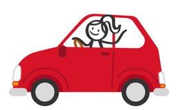 Figura feliz mujer del palillo que sonríe y que conduce el pequeño coche rojo Fotografía de archivo