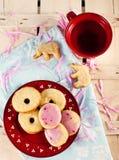 Figura galletas y té Fotos de archivo