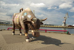 Figura gigante della mucca in Ventspils Latvia Fotografie Stock