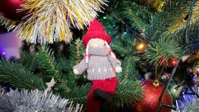 Figura giocattolo della ragazza in un cappello ed in un maglione tricottati Fotografia Stock