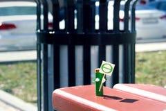 A figura humanizada feita da bateria do AA realiza no cartaz das mãos com o símbolo da teta do Dia da Terra Conceito do feriado C Fotografia de Stock