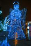 Figura iluminada del ángel en un mercado abandonado de la Navidad Imagen de archivo libre de regalías