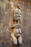Figura intagliata Dogon tradizionale su un portello Immagine Stock
