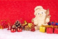 Figura linda del muñeco de nieve en fondo rojo Fotos de archivo