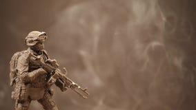 Figura metragem do soldado do hd do fundo do fumo vídeos de arquivo