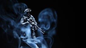 Figura metragem escura do soldado do hd do fundo do fumo video estoque