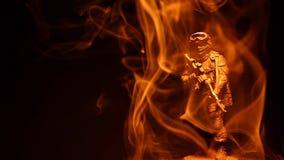 Figura metragem escura do soldado do hd do fundo do fumo vídeos de arquivo
