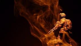 Figura metragem escura do soldado do hd do fundo do fumo filme