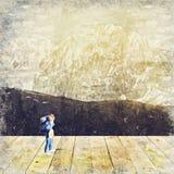 figura miniatura di viaggiatore con zaino e sacco a pelo con la scena della natura Digital Art Impas fotografie stock libere da diritti