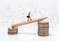 Figura miniatura movimento dell'uomo di affari di concetto verso l'affare f di successo Fotografia Stock Libera da Diritti