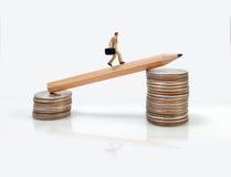 Figura miniatura movimento dell'uomo di affari di concetto verso l'affare f di successo Immagini Stock