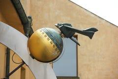 Figura modelo plana na bola com números na rua do castelo de Praga fotos de stock