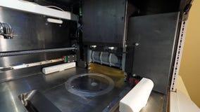 Figura moderna macro da impressão da impressora 3D do close-up Impressora 3d tridimensional automática no laboratório Fotografia de Stock Royalty Free