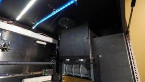 Figura moderna macro di stampa della stampante 3D del primo piano Stampante tridimensionale automatica 3d in laboratorio Immagine Stock
