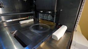 Figura moderna macro di stampa della stampante 3D del primo piano Stampante tridimensionale automatica 3d in laboratorio Fotografia Stock Libera da Diritti