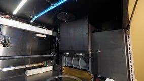 Figura moderna macro di stampa della stampante 3D del primo piano Stampante tridimensionale automatica 3d in laboratorio Fotografie Stock Libere da Diritti