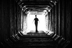 Figura na extremidade do túnel imagem de stock