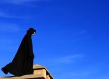 figura nel mantello nero Fotografia Stock Libera da Diritti