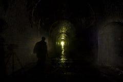Figura oscura túnel ferroviario viejo Imágenes de archivo libres de regalías