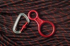 Figura otto tratto discendente e carabiner sulla corda rampicante Immagine Stock