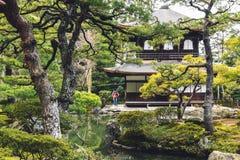 Figura pequena da mulher no parque do templo de Ginkakuji em Kyoto fotos de stock