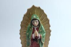 Figura pequena estátua da Virgem Maria Blessed em Roman Catholic Church no fundo branco imagens de stock royalty free