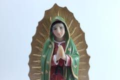 Figura pequena estátua da Virgem Maria Blessed em Roman Catholic Church no fundo branco imagens de stock