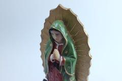 Figura pequena estátua da Virgem Maria Blessed em Roman Catholic Church no fundo branco imagem de stock royalty free
